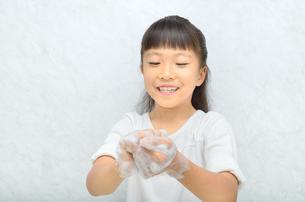 手を洗う女の子の写真素材 [FYI02978960]