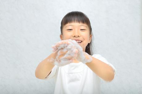 手を洗う女の子の写真素材 [FYI02978961]