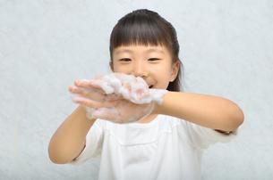 手を洗う女の子の写真素材 [FYI02978962]