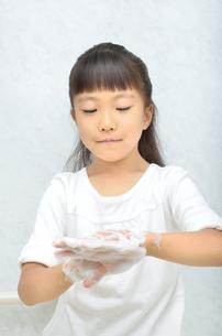 手を洗う女の子の写真素材 [FYI02978963]