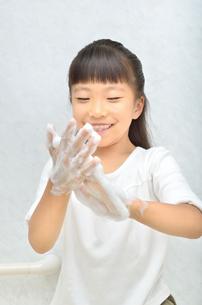 手を洗う女の子の写真素材 [FYI02978964]