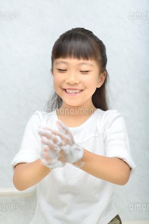 手を洗う女の子の写真素材 [FYI02978966]