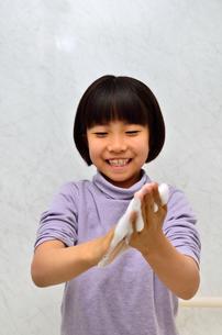 手を洗う女の子の写真素材 [FYI02978967]
