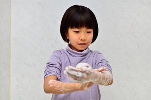 手を洗う女の子の写真素材 [FYI02978969]