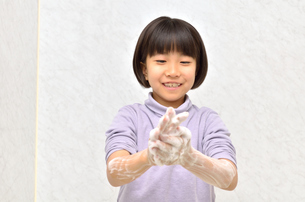 手を洗う女の子の写真素材 [FYI02978971]