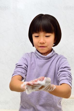 手を洗う女の子の写真素材 [FYI02978972]