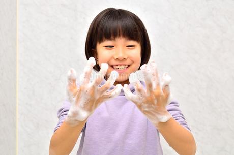 手を洗う女の子の写真素材 [FYI02978974]