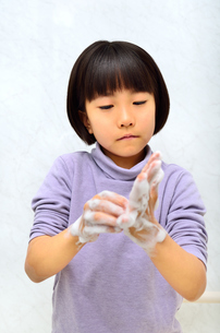 手を洗う女の子の写真素材 [FYI02978976]