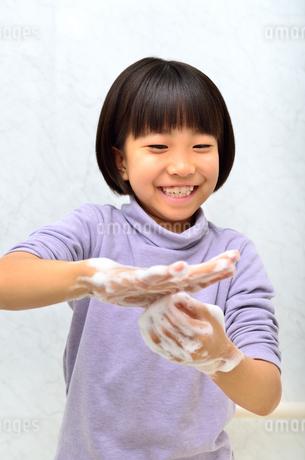 手を洗う女の子の写真素材 [FYI02978977]