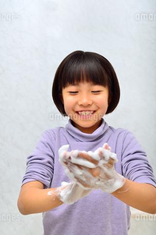 手を洗う女の子の写真素材 [FYI02978978]