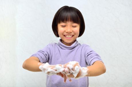 手を洗う女の子の写真素材 [FYI02978979]