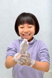 手を洗う女の子の写真素材 [FYI02978980]