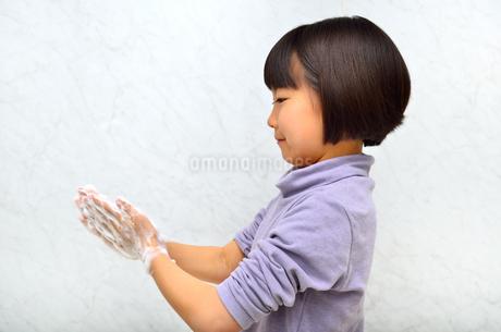 手を洗う女の子の写真素材 [FYI02978981]