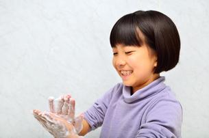 手を洗う女の子の写真素材 [FYI02978982]