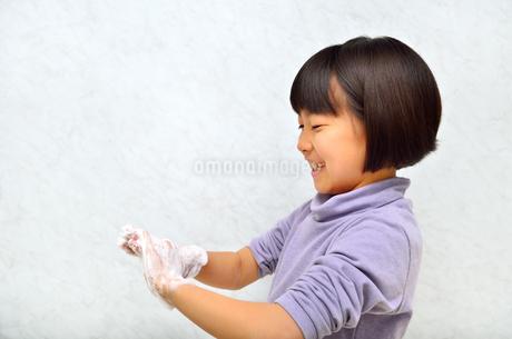 手を洗う女の子の写真素材 [FYI02978983]