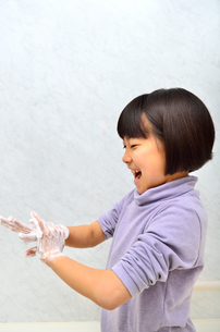 手を洗う女の子の写真素材 [FYI02978985]