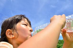 水を飲む小学生の女の子の写真素材 [FYI02979010]
