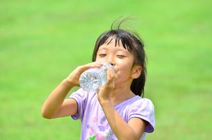 水を飲む小学生の女の子の写真素材 [FYI02979017]