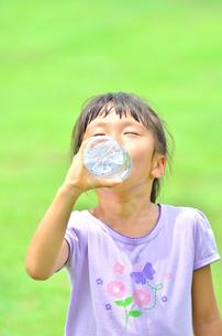 水を飲む小学生の女の子の写真素材 [FYI02979022]