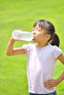 水を飲む小学生の女の子の写真素材 [FYI02979026]