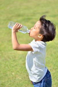 水を飲む小学生の女の子の写真素材 [FYI02979028]