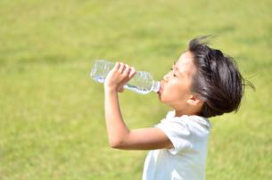 水を飲む小学生の女の子の写真素材 [FYI02979030]