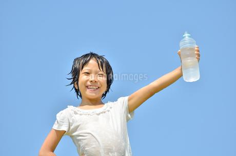 水を飲む小学生の女の子(びしょ濡れ)の写真素材 [FYI02979033]