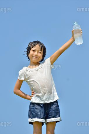 水を飲む小学生の女の子(びしょ濡れ)の写真素材 [FYI02979035]