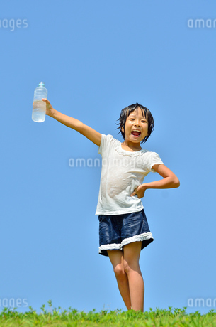 水を飲む小学生の女の子(びしょ濡れ)の写真素材 [FYI02979038]
