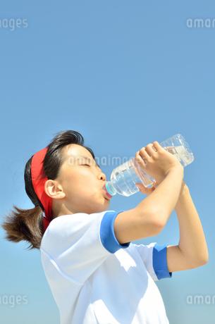 水を飲む小学生の女の子(運動会、体操服)の写真素材 [FYI02979045]