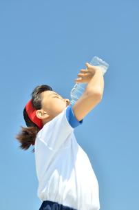 水を飲む小学生の女の子(運動会、体操服)の写真素材 [FYI02979046]