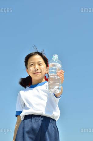 水を飲む小学生の女の子(運動会、体操服)の写真素材 [FYI02979047]