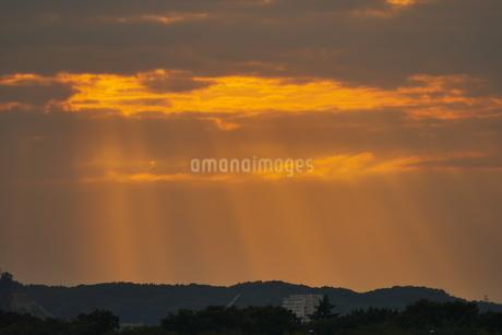 赤い薄明光線の風景の写真素材 [FYI02979054]