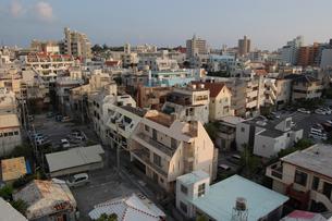 南国沖縄の街並みを見下ろすの写真素材 [FYI02979056]