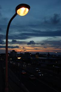 夕暮れの都会の道と街灯の写真素材 [FYI02979065]