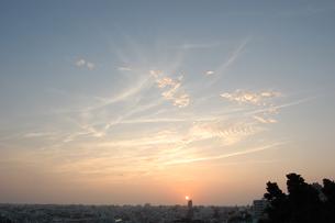 夕焼けと都会のシルエットの写真素材 [FYI02979199]