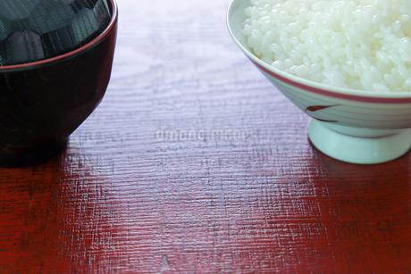 漆塗りの板に載せたご飯と味噌汁の写真素材 [FYI02979228]