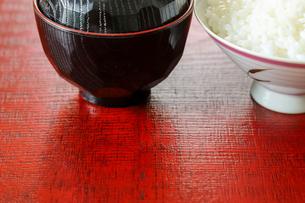 漆塗りの板に載せたご飯と味噌汁の写真素材 [FYI02979229]