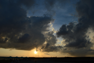 夕日で黄金色の海岸にシルエットの人々の写真素材 [FYI02979296]