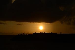 夕日で黄金色の海岸にシルエットの人々の写真素材 [FYI02979297]