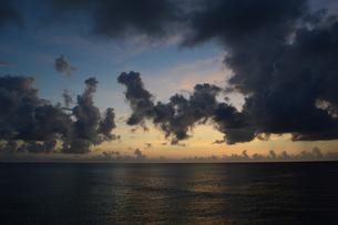 夕暮れの雄大な雲と穏やかな海岸の写真素材 [FYI02979299]