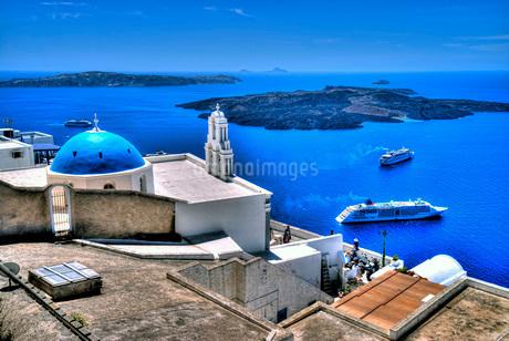 ギリシャ サントリーニ島 青い屋根の教会の写真素材 [FYI02979301]