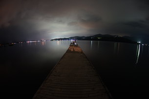 夜の山中湖の桟橋の写真素材 [FYI02979307]