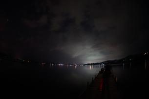山中湖と星空の写真素材 [FYI02979310]