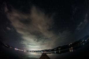 山中湖と星空の写真素材 [FYI02979311]