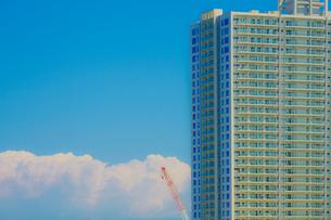 横浜のマンションと夏空の写真素材 [FYI02979329]