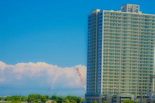 横浜のマンションと夏空の写真素材 [FYI02979330]
