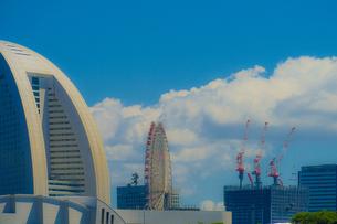 横浜のマンション・オフィス郡と夏空の写真素材 [FYI02979331]