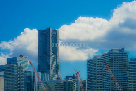 横浜のマンション・オフィス郡と夏空の写真素材 [FYI02979332]
