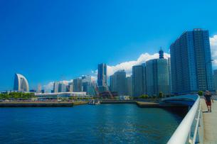横浜のマンション・オフィス郡と夏空の写真素材 [FYI02979333]